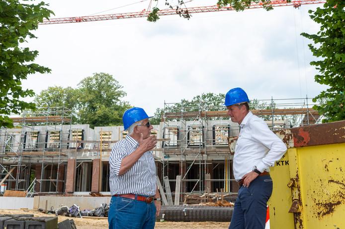 Ontwikkelaar Willem Hagens (l) en makelaar Ron de Haan voor het appartementencomplex dat momenteel wordt gerealiseerd op Landgoed Waayenberg in Wissel.