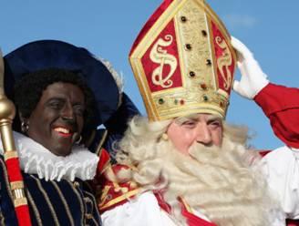 Sinterklaas schenkt wandel- en doe-boekjes aan Peerse kinderen