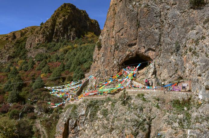 De grot op de Tibetaanse hoogvlakte waarin de onderkaak werd gevonden.
