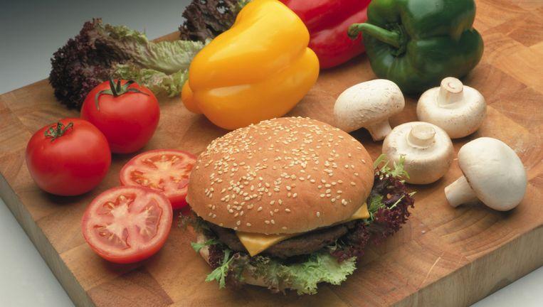Hoewel er meer groenten ter beschikking zijn dan ooit tevoren, snakt de wereld nog steeds naar junkfood.