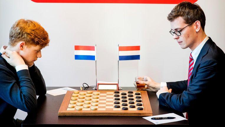 Roel Boomstra (rechts) versloeg donderdag Jan Groenendijk in de WK-finale van het dammen Beeld anp