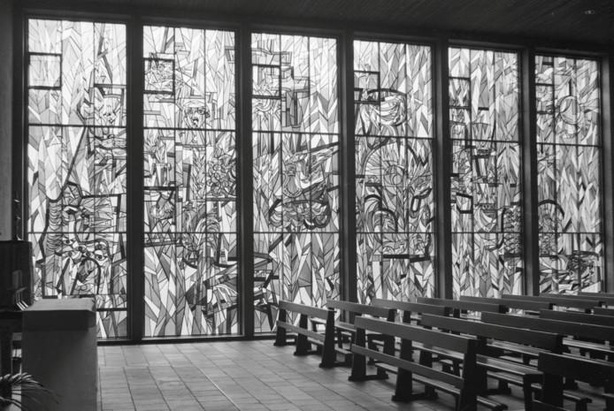 Het gebrandschilderde raam van Marius de Leeuw in de kapel van de Braacken