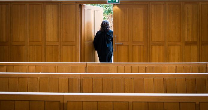 Een rechter verlaat de rechtszaal.