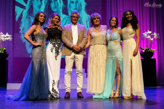 Tijdens de finale van Miss Beauty of Overijssel hielden Bert en Eugeniek van der Zee (in het midden) een eerbetoon aan hun overleden dochter Lotte.