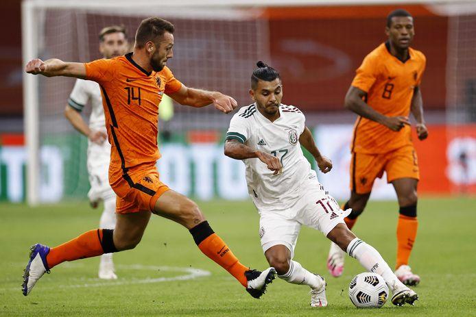 Jesús Corona glipt langs Stefan de Vrij tijdens het oefenduel Nederland - Mexico. Op de achtergrond kijkt Georginio Wijnaldum toe.
