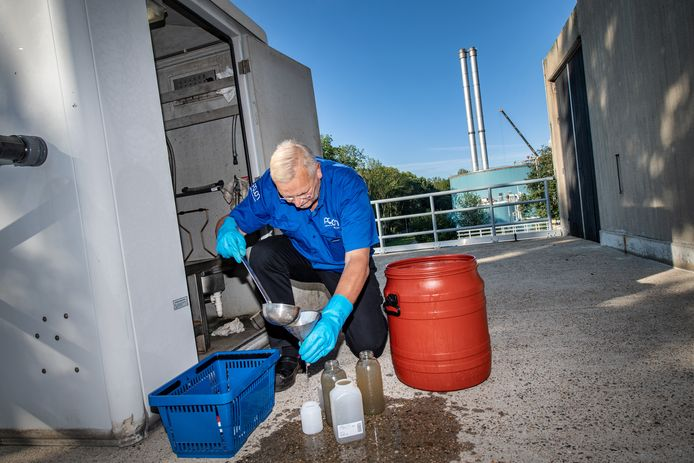 Nijmegen/Nederland: Henk Kester van waterlab Aquon neemt monster rioolwater RIVM bij RZWI Dgfoto Foto: Bert Beelen
