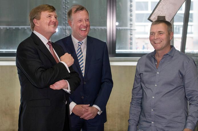 Koning Willem Alexander krijgt uitleg van een van de medewerkers van de CNC-compostfabriek in Milsbeek.