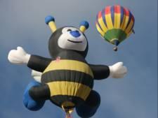Luchtballon zo groot als flatgebouw stijgt op in Rouveen