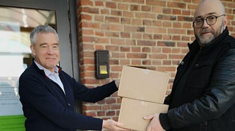 DVP-partij schenkt cakes aan woonzorgcentra.