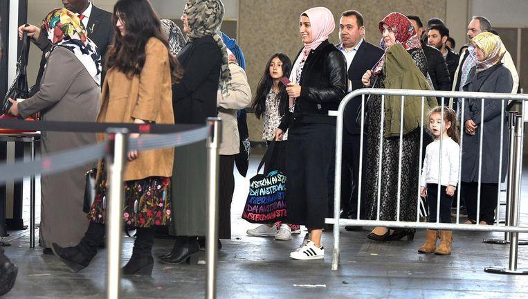 Turkse Nederlanders staan in de rij om hun tem uit te brengen in de Rai. Beeld anp