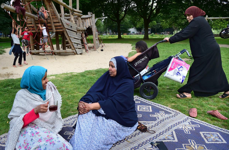 In het park in TIlburg-Noord. Beeld Marcel van den Bergh / de Volkskrant