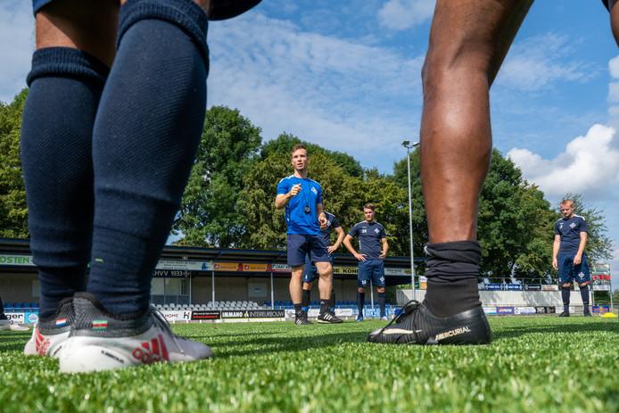 """Trainer Mark Otten instrueert de spelers van RKHVV tijdens de eerste training.  ,,We bouwen het rustig op."""""""