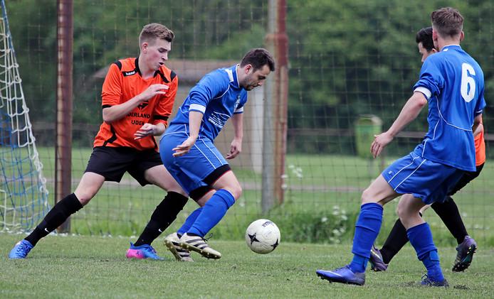 FC de Rakt in een duel met SBV uit Haren (blauwe shirts).