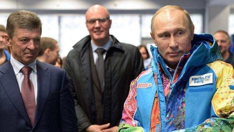 President Poetin past een vrijwilligersjas van de Olympische Spelen in Sotsji Beeld null