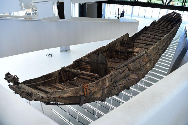 Het 25 meter lange schip in De Hoge Woerd stamt uit de tweede eeuw en is waarschijnlijk na een ongeluk gezonken. Beeld Marcel van den Bergh
