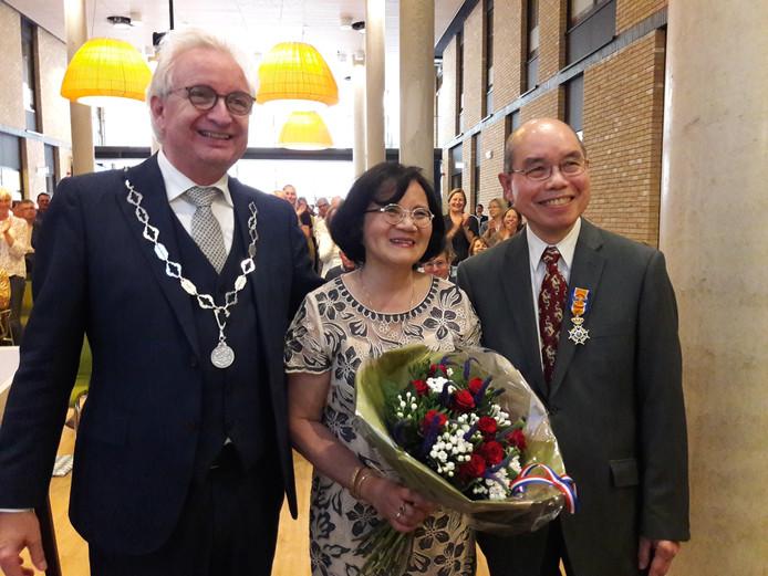 Kian Djien Liem uit Molenhoek kreeg zijn onderscheiding uit handen van burgemeester Willem Gradisen van Mook en Middelaar.