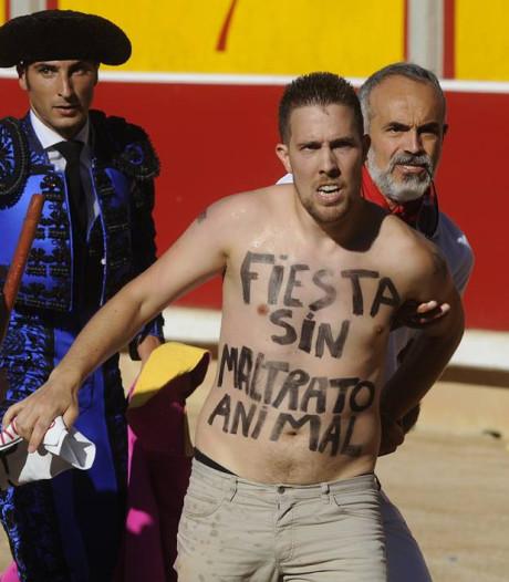 'Vegan streaker' al 51 keer opgepakt bij stierengevecht