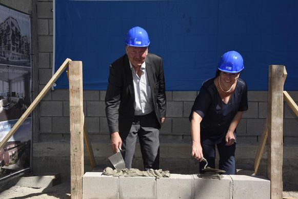 Burgemeester Marc Van de Vijver en schepen Katrien Claus leggen de eerste steen van de nieuwe topsporthal.