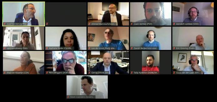 Fractievoorzitters van de politieke partijen in de Arnhemse gemeenteraad vergaderen via een online videoconferentie, onder leiding van burgemeester Marcouch (bovenste rij, tweede van links).