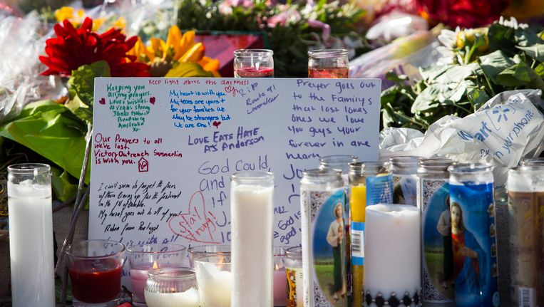 Bloemen en kaarsen op de Las Vegas Boulevard voor de slachtoffers van de schietpartij op het Route 91 Harvest Festival in Las Vegas op zondag 1 oktober.
