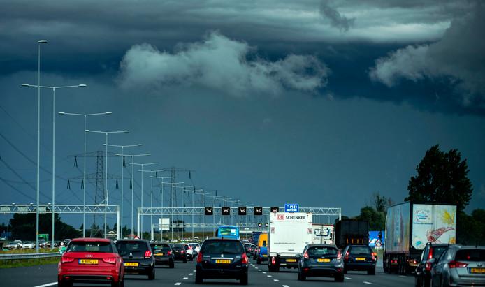 Dreigende wolken boven Amsterdam gezien vanaf de snelweg A2 vanuit Utrecht.