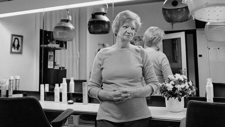 Kapster J. Billen vorig jaar in haar kapsalon in Hasselt. Ze was toen 77 jaar. Beeld Wanna Renata