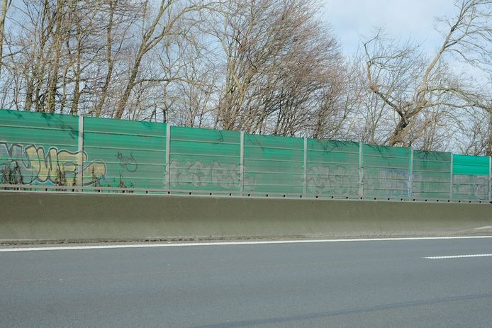 De geluidsschermen op de Brusselse ring in Wezembeek-Oppem worden in de zomer vervangen door nieuwe exemplaren.