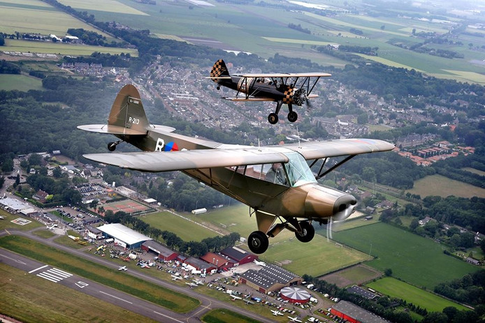 Oude vliegtuigen boven vliegveld Seppe