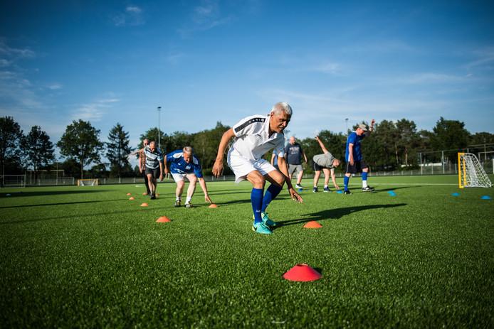 Beeld van de Walking Football-training in Heelsum.