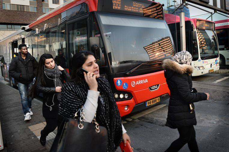Reizigers op het busstation in Nijmegen Beeld null
