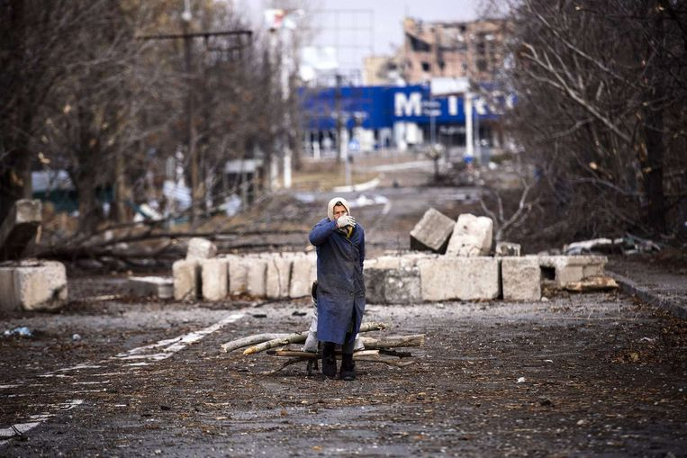Een vrouw verzamelt hout nabij het vliegveld van Donetsk Beeld afp