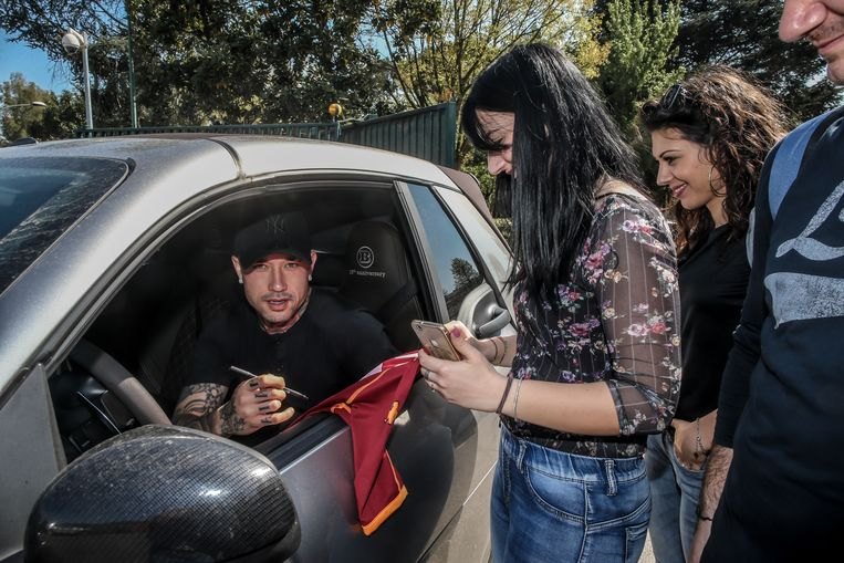Bij vertrek op Trigoria signeert Nainggolan in een Smart - zijn Ferrari had een platte band.