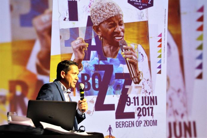 Peter Mennes met de onthulling van de nieuwe poster van JazzBoz 2017