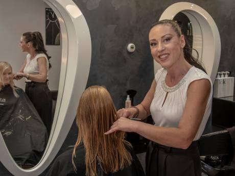 Mutlu is kapster en relatiecoach: fris kapsel én een blind date in de salon in Boxmeer
