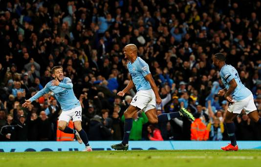 Vincent Kompany viert zijn winnende goal tegen Leicester City op 9 mei 2019, waarmee hij City de titel bezorgde.