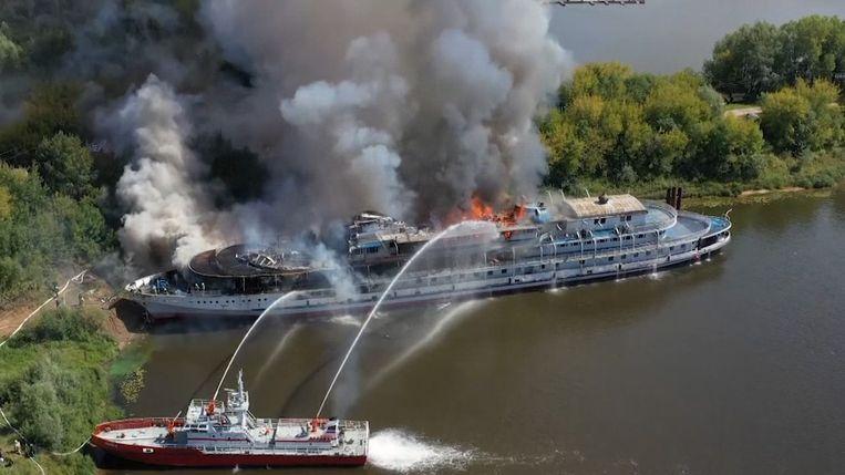 Russisch cruiseschip gaat in vlammen op
