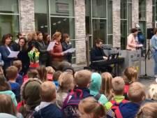 Leraren en leerlingen Vlasgaard Zeeland zingen samen 'strijdlied'
