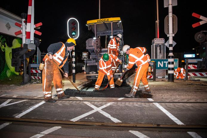 Nachtelijke werkzaamheden aan de Oldenzaalsestraat.
