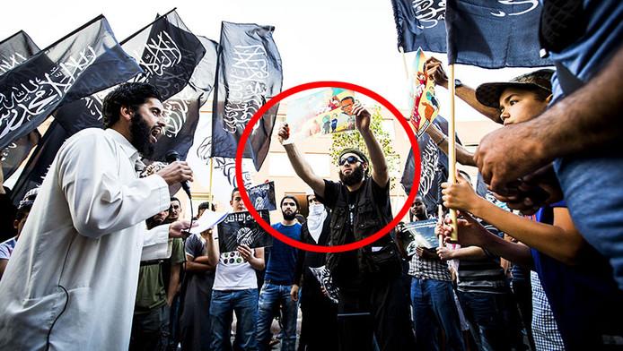 De van ronselen voor de jihad verdachte Azzedine C. (L) spreekt tijdens een pro IS-demonstratie in de Haagse Schilderswijk. Rechts van hem staat Lotfi S. (met rode cirkel).