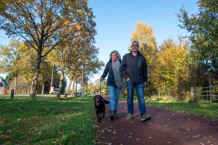 Jos en Anita van Hulsen laten hun hond Yara uit in Dalfsen, aan de lijn.  Loslopende honden mogen in Dalfsen niet meer worden uitgelaten binnen de bebouwde kom.