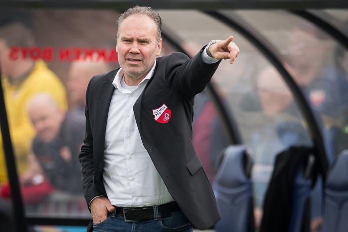 Assistent-trainer Ton Cornelissen draagt al vijf jaar het colbertje met het logo van Kozakken Boys.