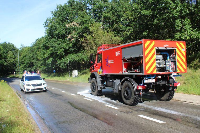 Brandweerpost Maaseik kwam de rijbaan schoon spuiten