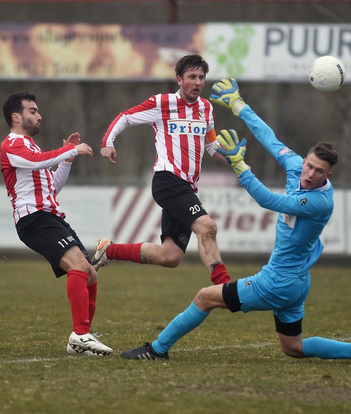 Thomas Ragut (midden) kan afscheid nemen als voetballer in een duel tussen zijn huidige club Vlissingen en zijn oude liefde Hoek.