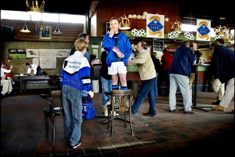 De kantine van voetbalclub HFC (foto pre-corona). Beeld Trouw