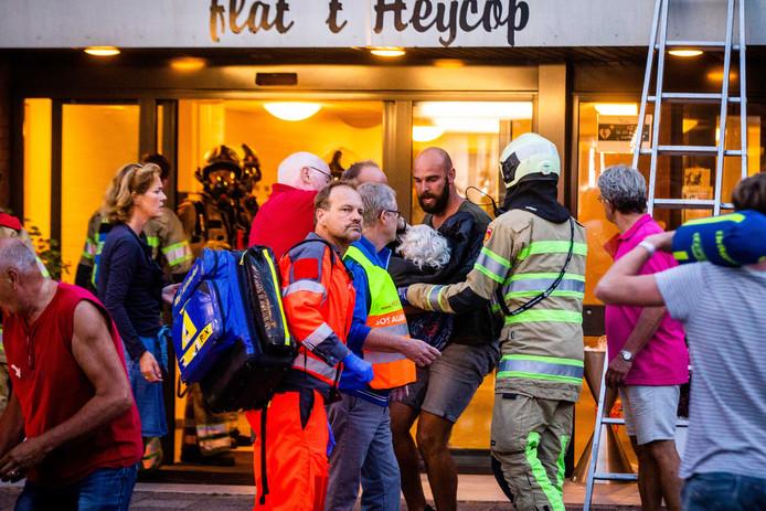 Ook omstanders hielpen mee bij het evacueren van de oudere bewoners van zorgcentrum 't Heycop in Breukelen.