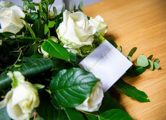Bloemen op een kist. Foto ter illustratie.