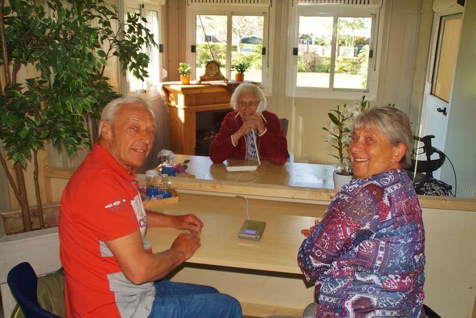 Mevrouw Slagmoolen kan in een speciaal ontmoetingshuis bij Bernissesteyn in Zuidland haar familie zien, dankzij geld van het Deltaport Donatiefonds.