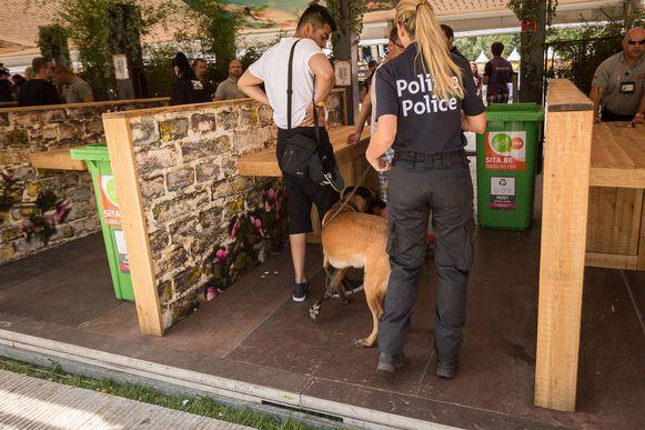 Drugshonden controleren de festivalgangers.