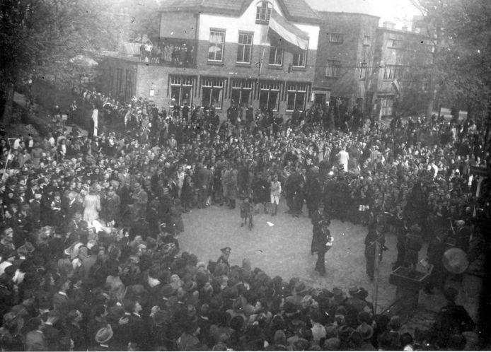 Inwoners van Soest voor het politiebureau op de dag van de bevrijding.