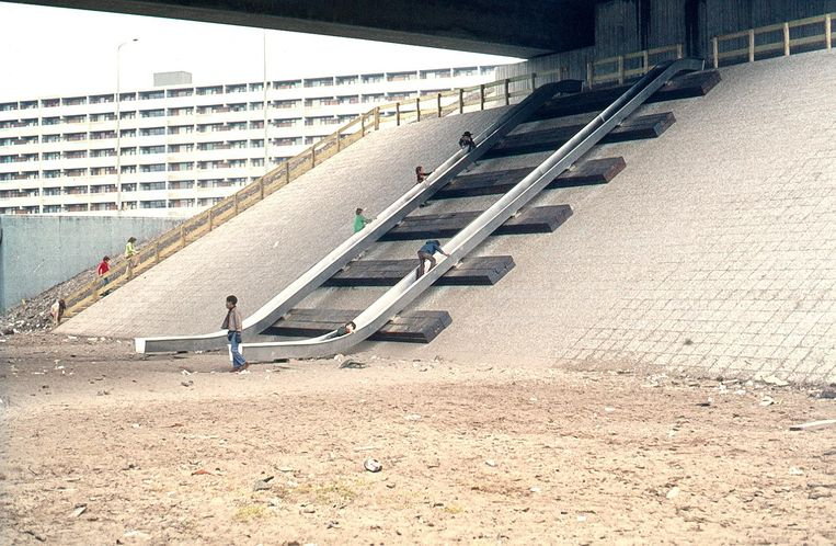 De verdwenen glijbaan, bij metrostation Ganzenhoef. De foto dateert uit de jaren zeventig. Beeld Karin Daan